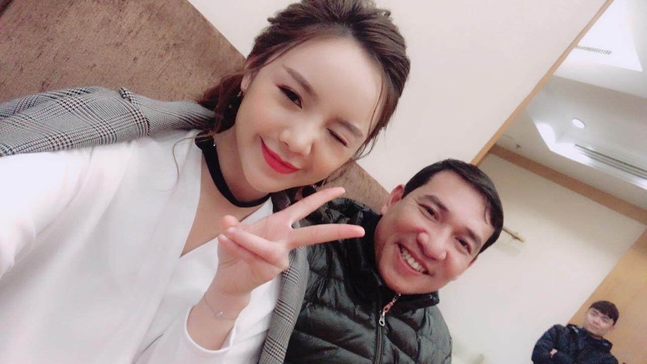 Hot girl - hot boy Việt: Tú Linh khiến fans ghen tị khi check in cùng loạt cầu thủ U23 Việt Nam-7