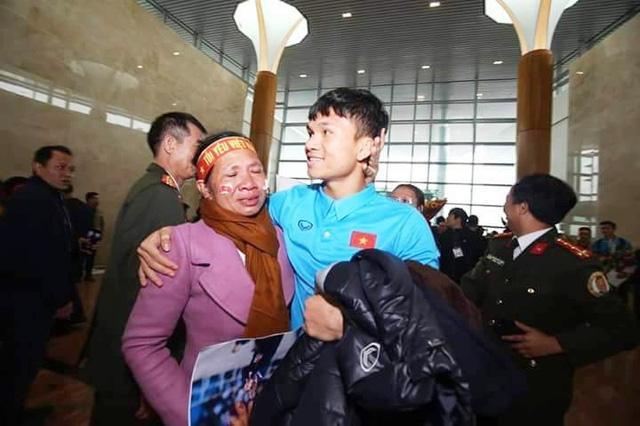 Hậu vệ Phạm Xuân Mạnh: Có tiền thưởng con gửi về để bố mẹ trả nợ-4