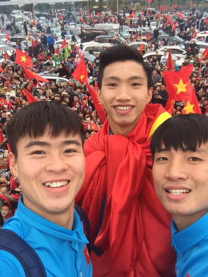 Đội phó U23 Đỗ Duy Mạnh: Suốt 5 tiếng giữa vòng vây người hâm mộ, chúng tôi đi tiểu ngay trên xe bus-2