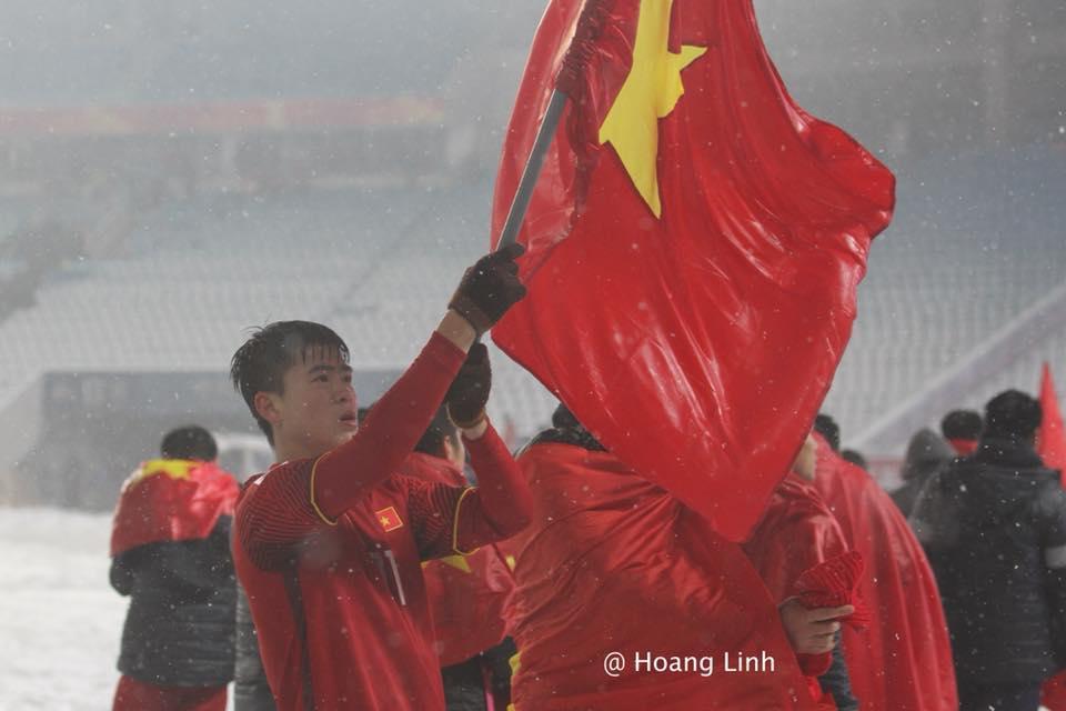Cận cảnh khoảnh khắc Đỗ Duy Mạnh cắm cờ Tổ Quốc giữa bão tuyết khiến người dân Việt Nam rơi lệ-3