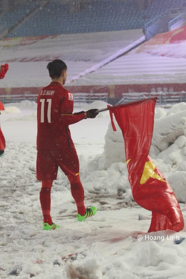 Cận cảnh khoảnh khắc Đỗ Duy Mạnh cắm cờ Tổ Quốc giữa bão tuyết khiến người dân Việt Nam rơi lệ-4