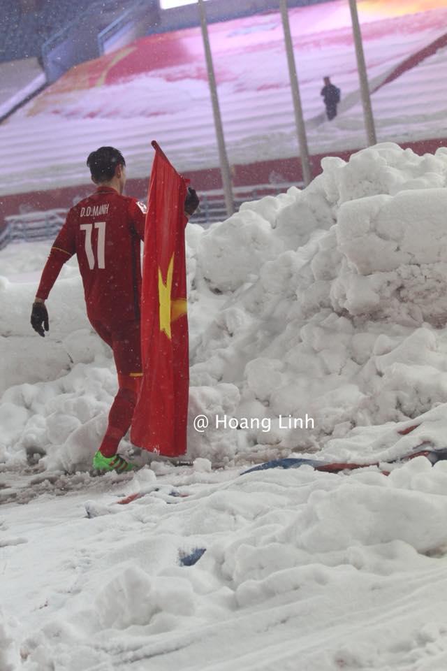 Cận cảnh khoảnh khắc Đỗ Duy Mạnh cắm cờ Tổ Quốc giữa bão tuyết khiến người dân Việt Nam rơi lệ-5