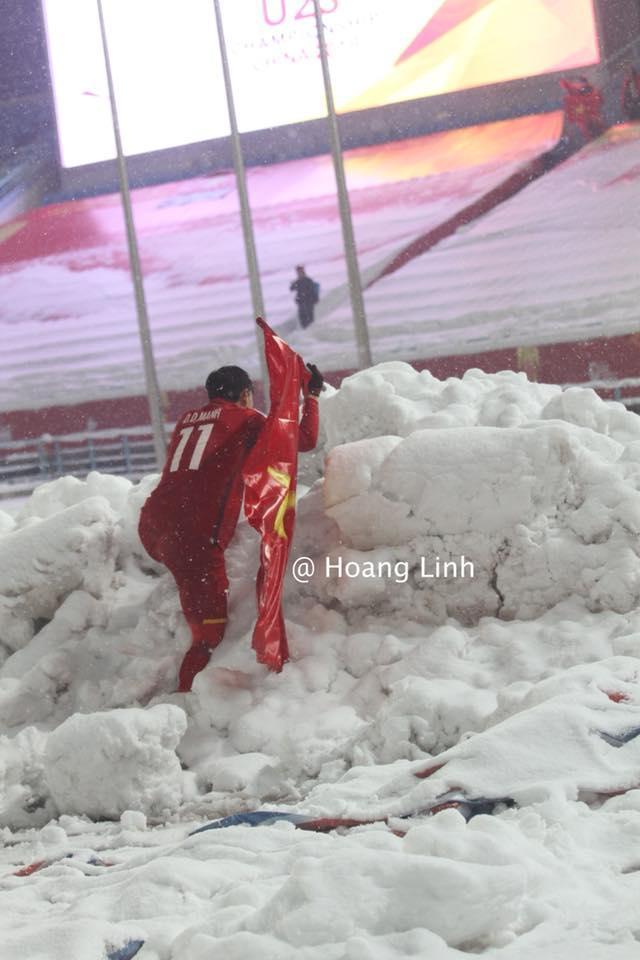 Cận cảnh khoảnh khắc Đỗ Duy Mạnh cắm cờ Tổ Quốc giữa bão tuyết khiến người dân Việt Nam rơi lệ-1
