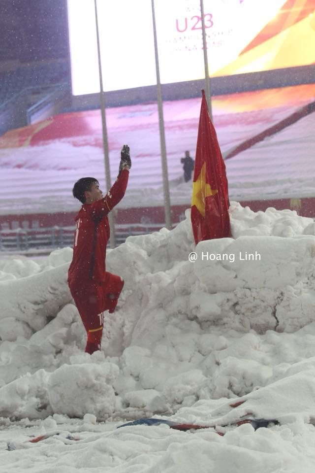 Cận cảnh khoảnh khắc Đỗ Duy Mạnh cắm cờ Tổ Quốc giữa bão tuyết khiến người dân Việt Nam rơi lệ-2