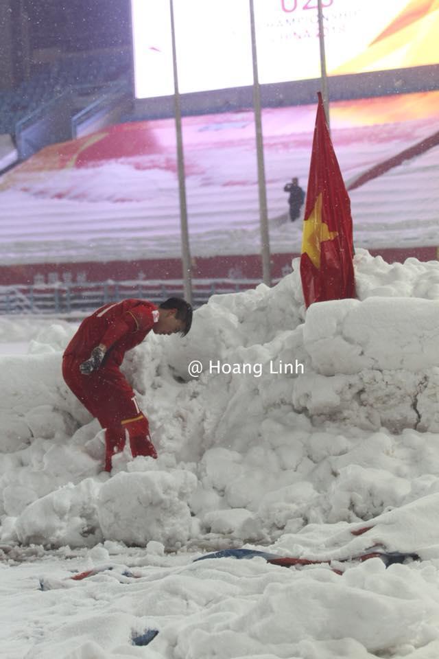 Cận cảnh khoảnh khắc Đỗ Duy Mạnh cắm cờ Tổ Quốc giữa bão tuyết khiến người dân Việt Nam rơi lệ-7