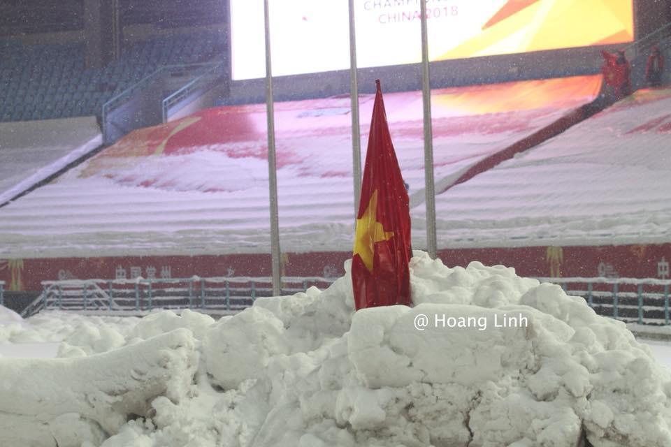 Cận cảnh khoảnh khắc Đỗ Duy Mạnh cắm cờ Tổ Quốc giữa bão tuyết khiến người dân Việt Nam rơi lệ-6