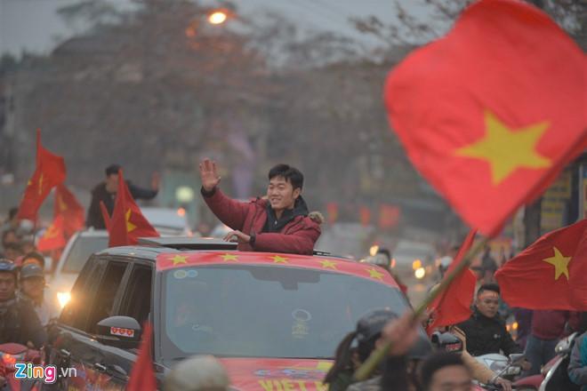 Đức Chinh U23 cười híp mắt trước hàng nghìn fans nữ tại quê nhà Phú Thọ-2