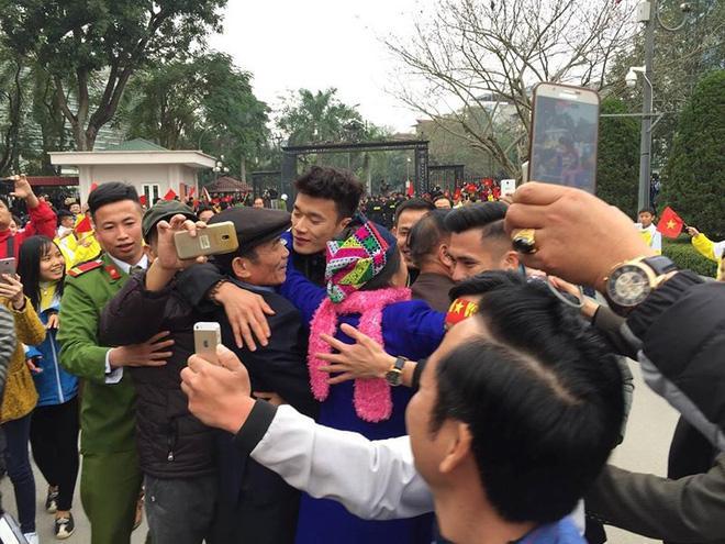 Đức Chinh U23 Việt Nam cười híp mắt khi được fans  vây quanh