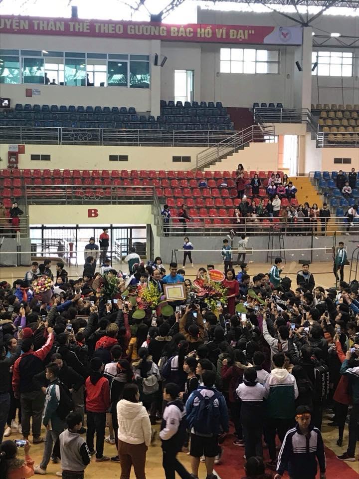 Đức Chinh U23 cười híp mắt trước hàng nghìn fans nữ tại quê nhà Phú Thọ-4