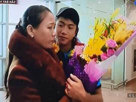 Sự thật video mẹ Văn Đức lủi thủi đón con ở sân bay