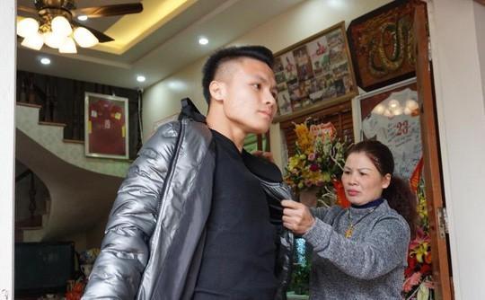 Cuối cùng tiền đạo Quang Hải U23 cũng đã được về nhà với bố mẹ-1