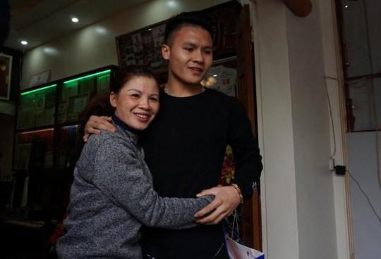 Cuối cùng tiền đạo Quang Hải U23 cũng đã được về nhà với bố mẹ-2