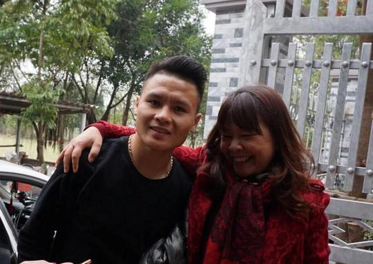 Cuối cùng tiền đạo Quang Hải U23 cũng đã được về nhà với bố mẹ-3