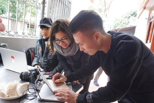 Cuối cùng tiền đạo Quang Hải U23 cũng đã được về nhà với bố mẹ-4