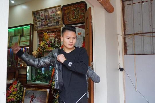Cuối cùng tiền đạo Quang Hải U23 cũng đã được về nhà với bố mẹ-5