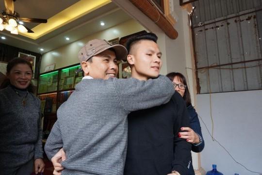 Cuối cùng tiền đạo Quang Hải U23 cũng đã được về nhà với bố mẹ-6