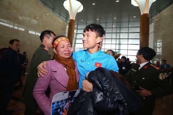 Xuân Mạnh U23 lặng người vì món quà 10 nghìn đồng mẹ tặng ở sân bay-1