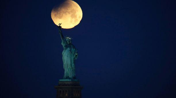 Hình ảnh ẤN TƯỢNG nhất trong ngày: Sau 152 năm, siêu trăng thế kỷ khiến người yêu thiên văn điên đảo-2