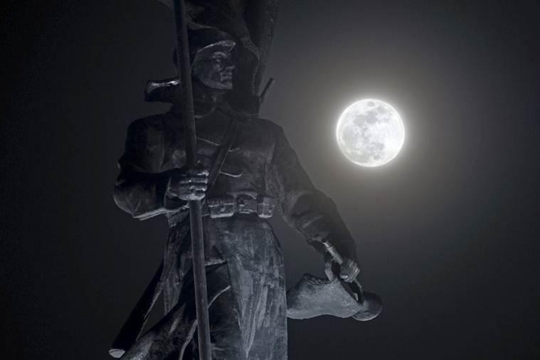 Hình ảnh ẤN TƯỢNG nhất trong ngày: Sau 152 năm, siêu trăng thế kỷ khiến người yêu thiên văn điên đảo-17