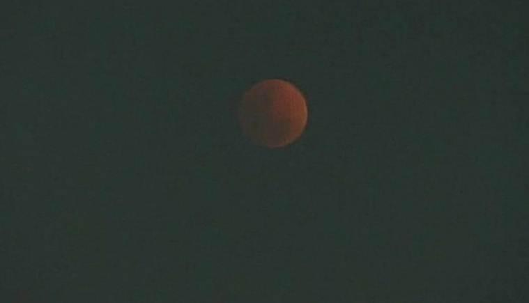 Hình ảnh ẤN TƯỢNG nhất trong ngày: Sau 152 năm, siêu trăng thế kỷ khiến người yêu thiên văn điên đảo-13