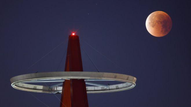 Hình ảnh ẤN TƯỢNG nhất trong ngày: Sau 152 năm, siêu trăng thế kỷ khiến người yêu thiên văn điên đảo-4