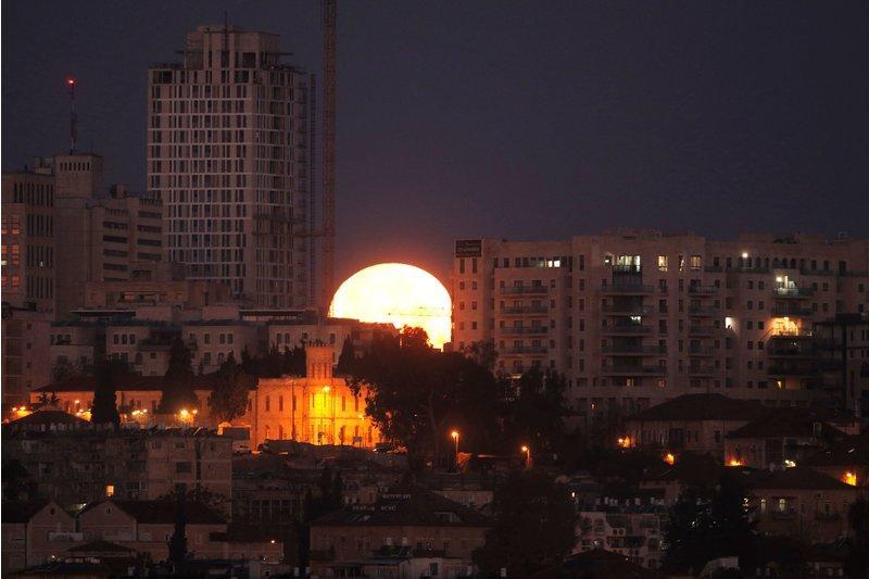 Hình ảnh ẤN TƯỢNG nhất trong ngày: Sau 152 năm, siêu trăng thế kỷ khiến người yêu thiên văn điên đảo-7
