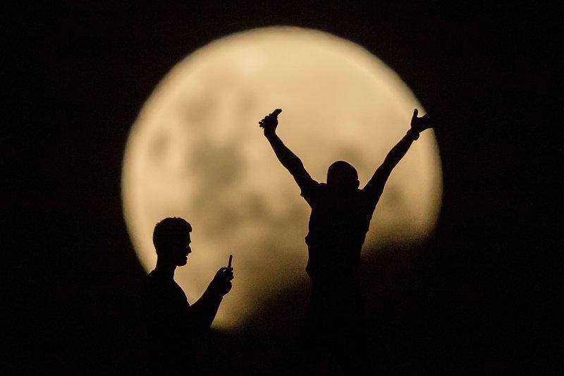 Hình ảnh ẤN TƯỢNG nhất trong ngày: Sau 152 năm, siêu trăng thế kỷ khiến người yêu thiên văn điên đảo-11