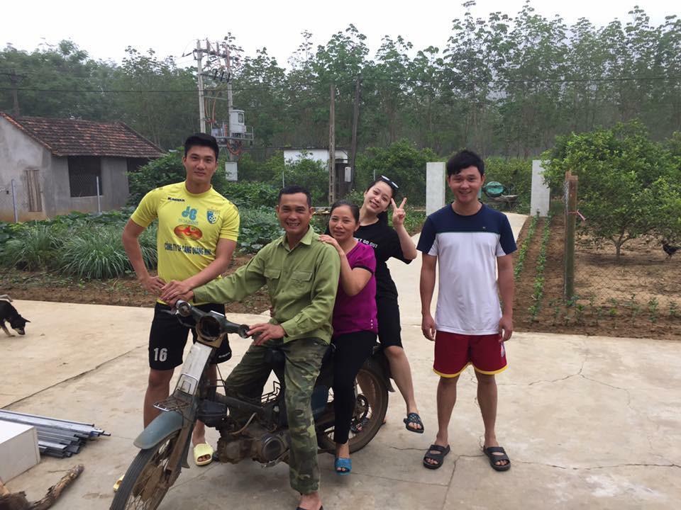 Thủ môn dự bị của U23 Việt Nam bỏ xe sang ngồi xe máy cà tàng của bố ngày trở về quê hương-2