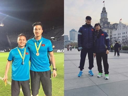 Thủ môn dự bị của U23 Việt Nam bỏ xe sang ngồi xe máy cà tàng của bố ngày trở về quê hương-3