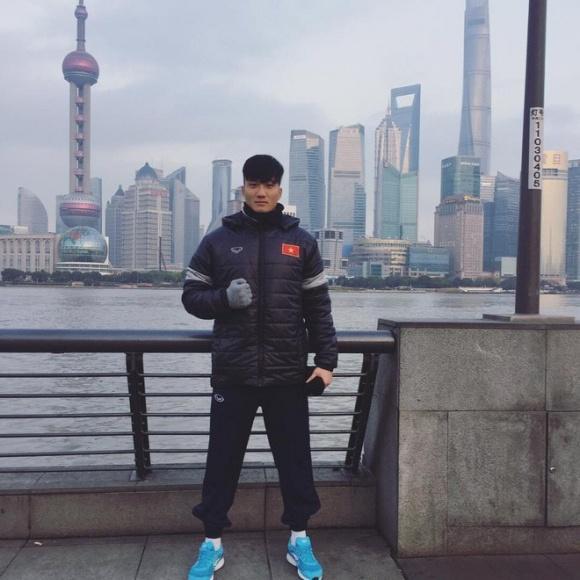 Thủ môn dự bị của U23 Việt Nam bỏ xe sang ngồi xe máy cà tàng của bố ngày trở về quê hương-5