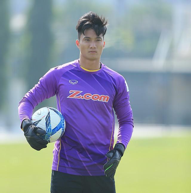 Thủ môn dự bị của U23 Việt Nam bỏ xe sang ngồi xe máy cà tàng của bố ngày trở về quê hương-6