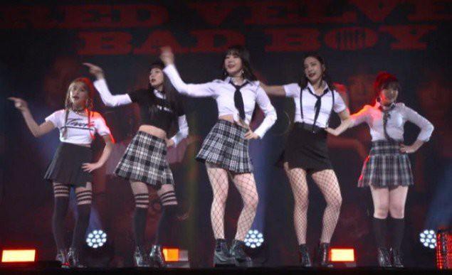 Mặc đồng phục học sinh phản cảm biểu diễn, Red Velvet bị netizen lên án kịch liệt-2