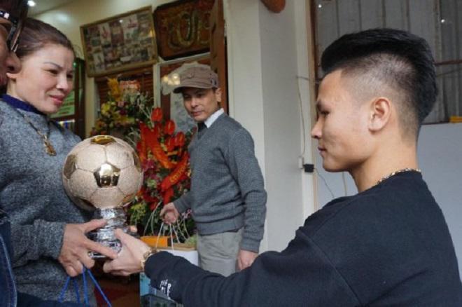 Tiết lộ bất ngờ về món quà Quang Hải tặng bố mẹ khi về thăm nhà-1