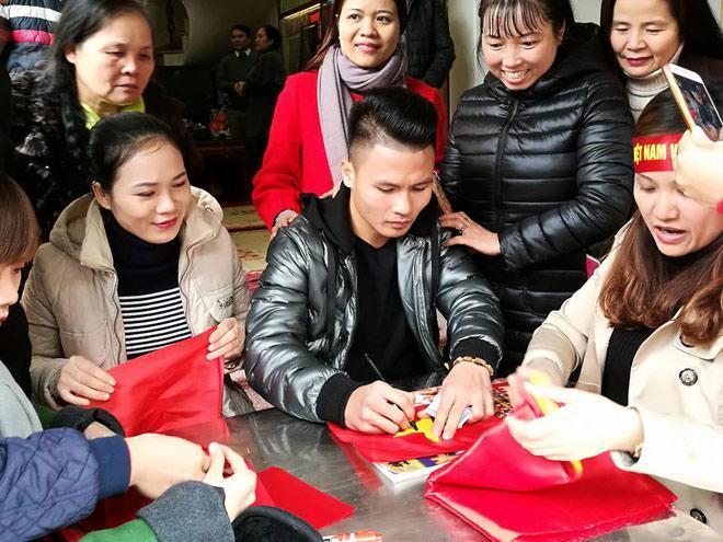 Tiết lộ bất ngờ về món quà Quang Hải tặng bố mẹ khi về thăm nhà-2