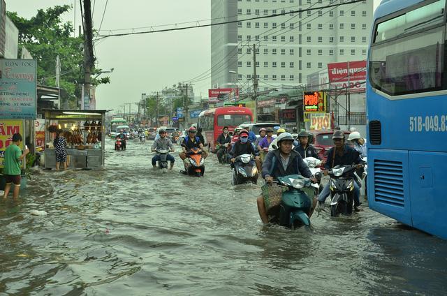 Nhiều tuyến đường ở Sài Gòn ngập nặng, giao thông hỗn loạn-1