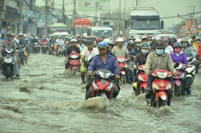 Nhiều tuyến đường ở Sài Gòn ngập nặng, giao thông hỗn loạn-2