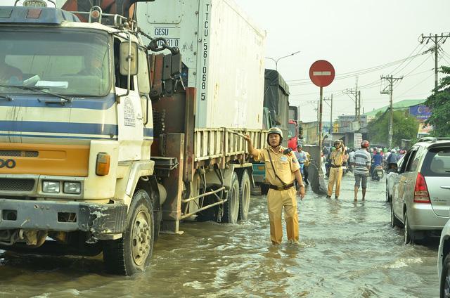 Nhiều tuyến đường ở Sài Gòn ngập nặng, giao thông hỗn loạn-10