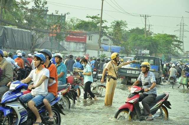Nhiều tuyến đường ở Sài Gòn ngập nặng, giao thông hỗn loạn-11