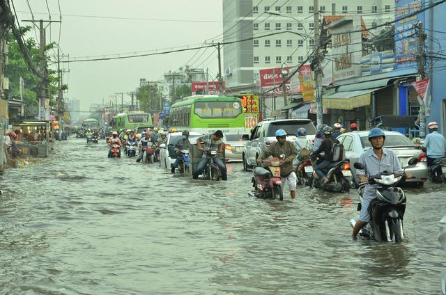 Nhiều tuyến đường ở Sài Gòn ngập nặng, giao thông hỗn loạn-3