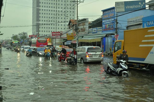 Nhiều tuyến đường ở Sài Gòn ngập nặng, giao thông hỗn loạn-4