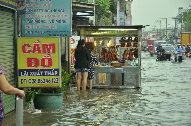 Nhiều tuyến đường ở Sài Gòn ngập nặng, giao thông hỗn loạn-6
