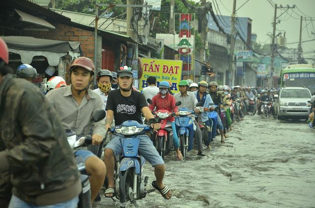 Nhiều tuyến đường ở Sài Gòn ngập nặng, giao thông hỗn loạn-7