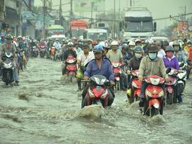 Nhiều tuyến đường ở Sài Gòn ngập nặng, giao thông hỗn loạn