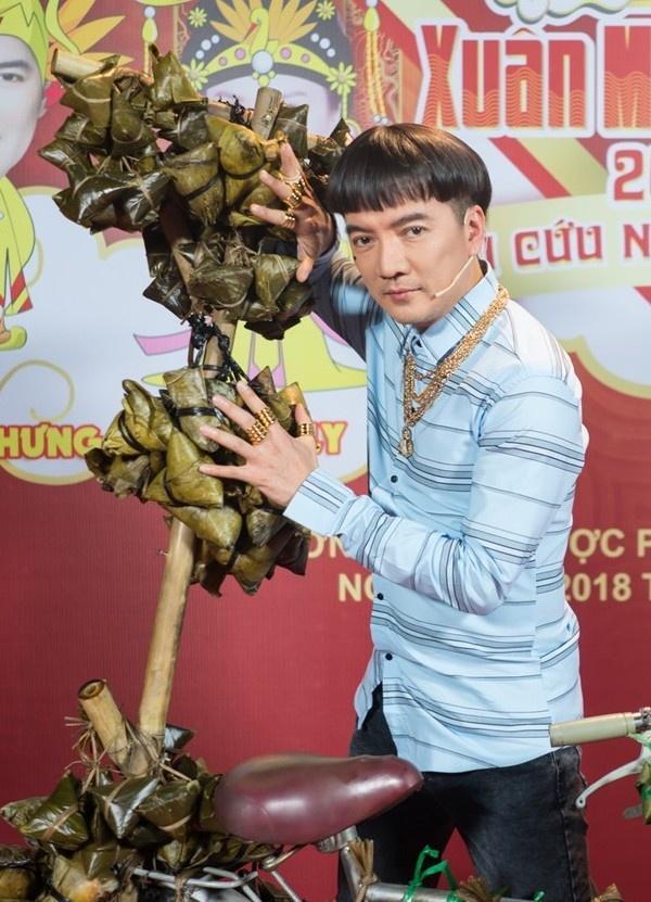 Đàm Vĩnh Hưng chơi trội đeo vàng thật đầy người trong Táo Quân 2018-4
