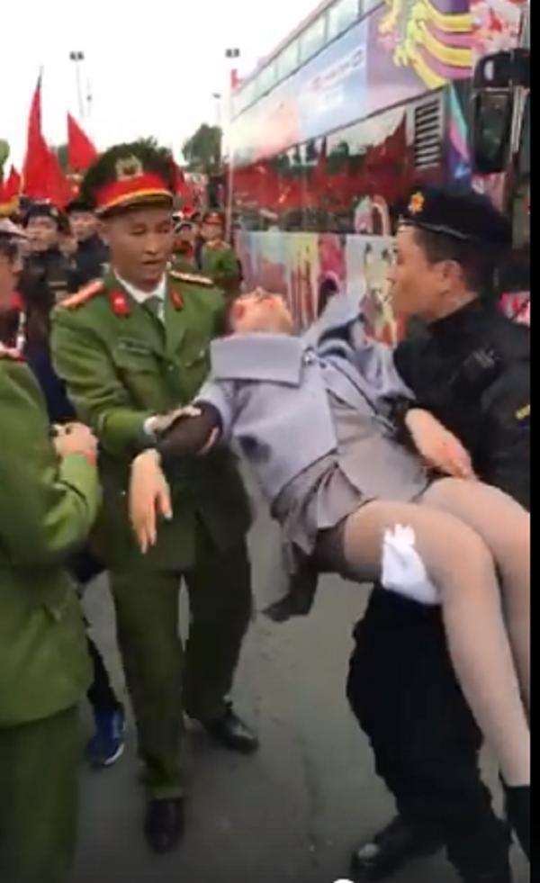 Đợi các soái ca U23 Việt Nam, cô gái ngất xỉu vì kiệt sức-1