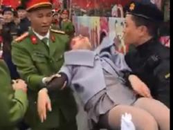 Đợi các soái ca U23 Việt Nam, cô gái ngất xỉu vì kiệt sức