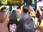 U23 Việt Nam vừa đặt chân xuống Sài Gòn, hàng nghìn fans nữ chạy theo hò reo phấn khích