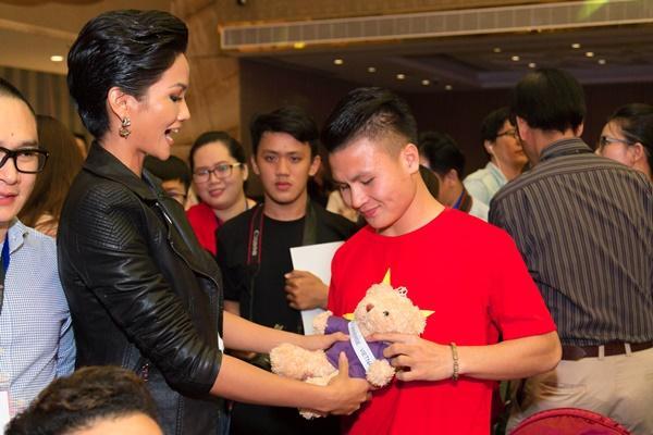 Thầy trò Park Hang Seo rạng rỡ khi hội ngộ dàn sao Việt tại TP HCM-11