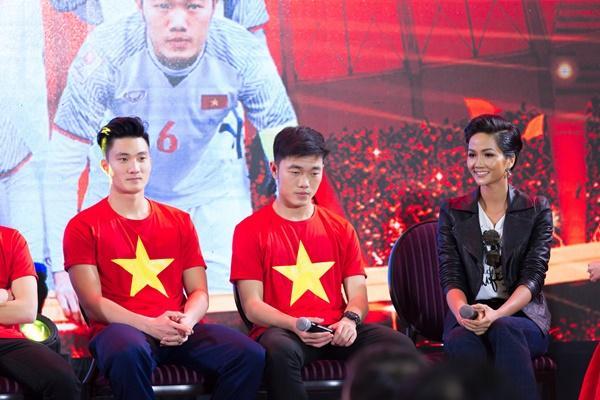 Thầy trò Park Hang Seo rạng rỡ khi hội ngộ dàn sao Việt tại TP HCM-12