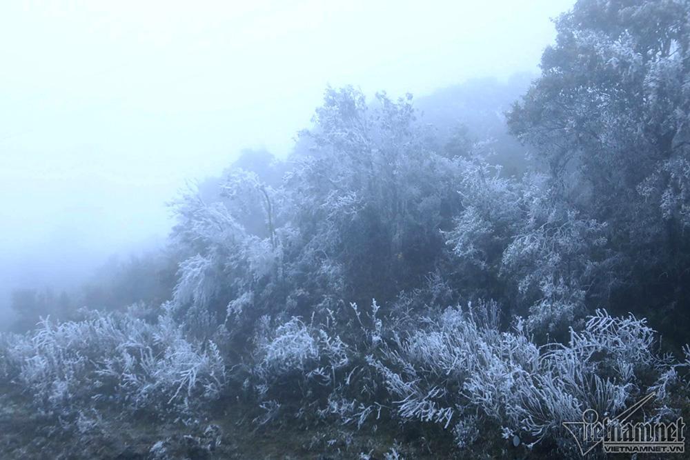 Băng tuyết phủ trắng đỉnh đèo Ô Quý Hồ, mặt đường trơn trượt-3